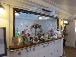 氷川丸-船内郵便局(船内でフラワー展が開かれていたので花が並んでいます)