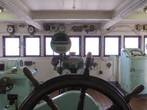氷川丸-舵輪の前から船首方向を撮影