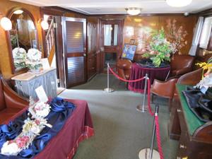 氷川丸-船長室(船内でフラワー展が開かれていたので花が並んでいます)