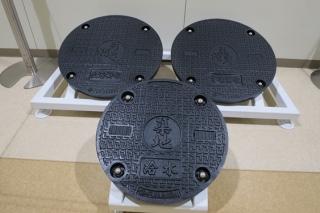 豊洲市場のマンホールの展示